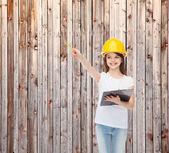 Bambina sorridente nel casco con appunti — Foto Stock