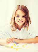 Dziewczynka malarstwa w szkole — Zdjęcie stockowe