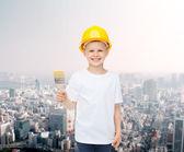 Menina no capacete com pincel a sorrir — Fotografia Stock