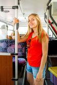 Sorridente ragazza adolescente andando in autobus — Foto Stock