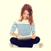Ragazza studentessa con tablet pc — Foto Stock