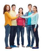 Groupe d'adolescents souriants faisant high five — Photo