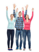 与举的手微笑着青少年群体 — 图库照片