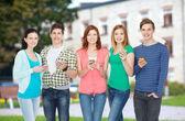 Ler studenter med smartphones — Stockfoto