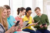 Öğrenciler, okulda tablet pc ile gülümseyen — Stok fotoğraf