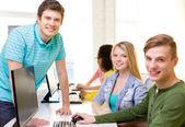 Grupp leende studenter i datorn klass — Stockfoto