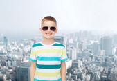 Menino sorridente sobre fundo verde — Fotografia Stock