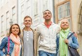 Grup gülümseyen arkadaş şehirde yürüyüş — Stok fotoğraf