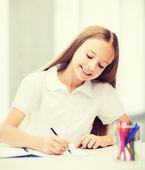 Lilla student tjej teckning i skolan — Stockfoto