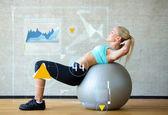 Leende kvinna med övning boll i gym — Stockfoto