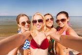 Grupo de jovens mulheres fazendo selfie a sorrir — Fotografia Stock