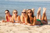 Grup gülümseyen kadın plajda güneş gözlüğü — Stok fotoğraf