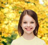 Leende liten flicka över vit bakgrund — Stockfoto