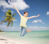 Smiling little girl jumping — Stockfoto