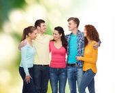 группа улыбающихся подростков на зеленом фоне — Стоковое фото
