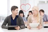 étudiants regardant tablet pc en conférence à l'école — Photo
