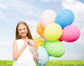 Fille heureuse avec ballons colorés — Photo