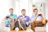 Lächelnd Freunde spielen von Videospielen zu Hause — Stockfoto