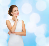 Smiling woman in white dress wearing diamond ring — Foto de Stock