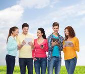 Grupo de adolescentes con smartphones y tablet pc — Foto de Stock