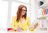Lächeln, geschäftsfrau oder student mit tabletpc — Stockfoto