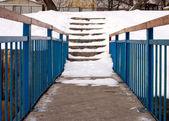 Estrecho puente tecnológico a las escaleras — Foto de Stock
