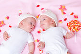 Gêmeos e doces — Fotografia Stock
