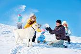 子供と親は雪を投げて — ストック写真