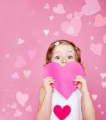Preescolar chica sosteniendo corazón de papel — Foto de Stock