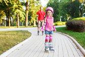 Préscolaire débutant en patins à roulettes — Photo