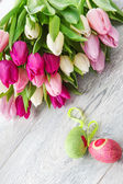 Spring tulips and Easter eggs — Stock Photo
