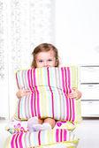 školka dívka sedící na polštáře — Stock fotografie