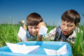 Kids playing with paper boats — Stockfoto