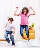 Crianças pulando — Fotografia Stock