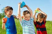 χαρούμενα αγόρια εκτοξευόμενου νερού — Φωτογραφία Αρχείου