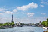 Eiffelova věž a pont alexandre iii — Stock fotografie