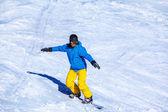 Homme au casque de snowboard et de lunettes de protection — Photo