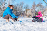 Pai e filha em winter park — Fotografia Stock