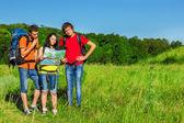 Teenage friends backpacking — Foto de Stock