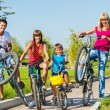 Family riding bicycles — Stockfoto