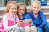 Veselí přátelé s elektronický tablet — Stock fotografie