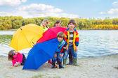 Bakom paraplyer — Stockfoto