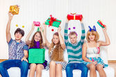 High school students hold present boxes — Stock Photo