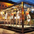 Many shopping women on exhibition window — Stockfoto