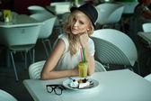 レストランで若い美しさ — ストック写真