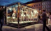 Janela de exposição em um centro de cidade — Fotografia Stock