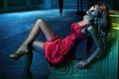 Kırmızı elbise giymiş seksi kadın — Stok fotoğraf
