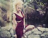 Blonďatá kráska v tropech — Stock fotografie