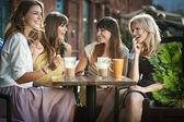 Fyra flickor njuter av mötet — Stockfoto
