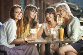 Un grupo de mujeres en la cafetería — Foto de Stock